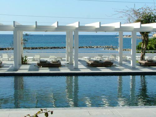 upmarket outside pool with lounges and the sea behind