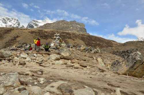 tributes to mountaineers who have passed away on everest base camp trek