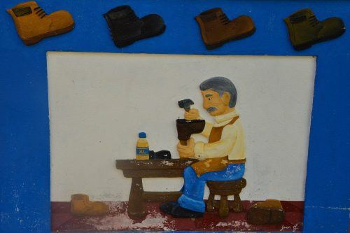 image of cobbler and shoes guatape