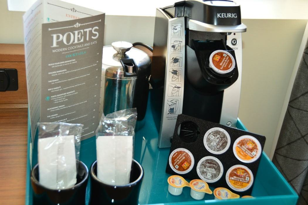 Coffee machine with pods and cups