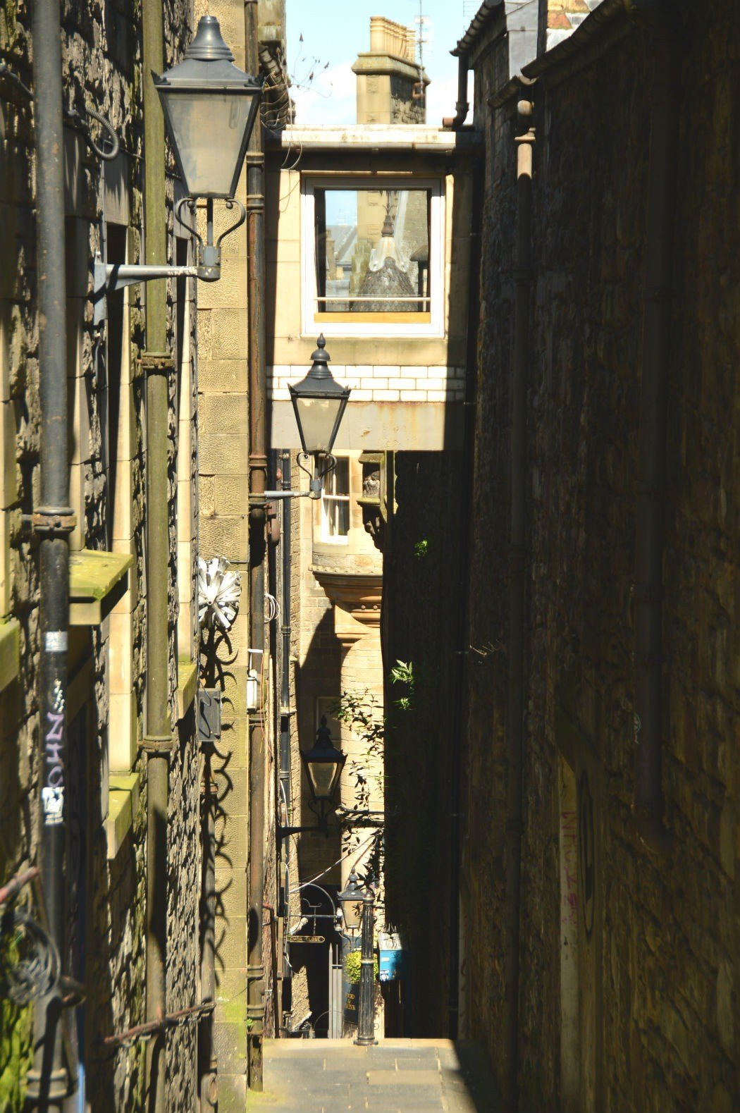 edinburgh lane way with street lamps