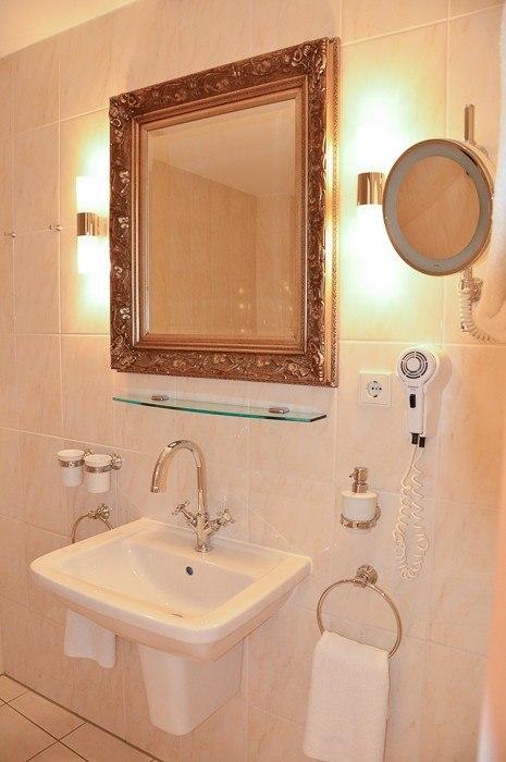 bathroom at Heliopark Bad-hotel