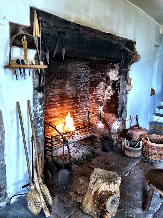 welsh-attractions-llancaiach-fawr-manor-roaring-fire