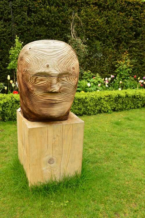 england_cotswolds_malmesbury-abbey-gardens-statue