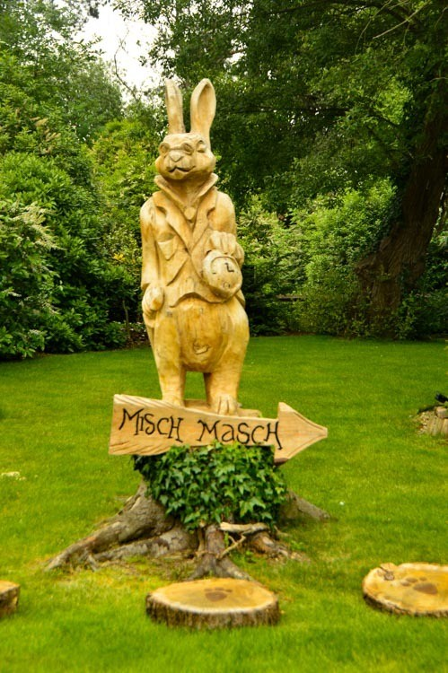 england_yorkshire_rockliffe-hall-rabbit-statue
