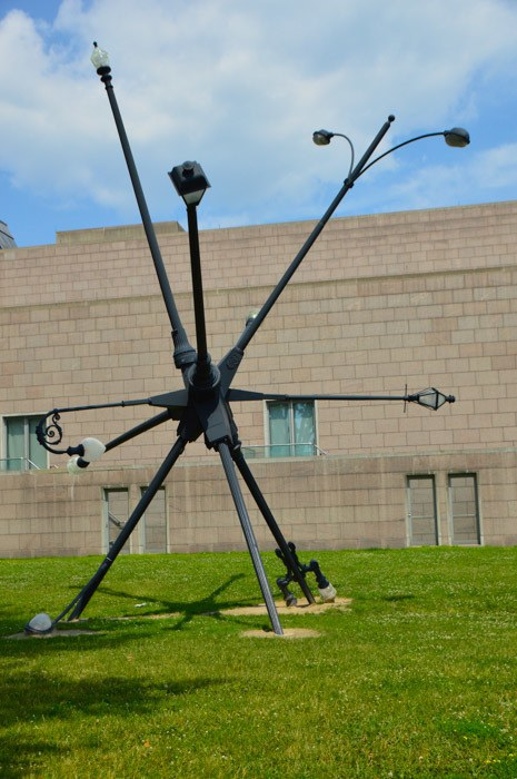 canada_ottawa_national-gallery-streetlight-sculpture