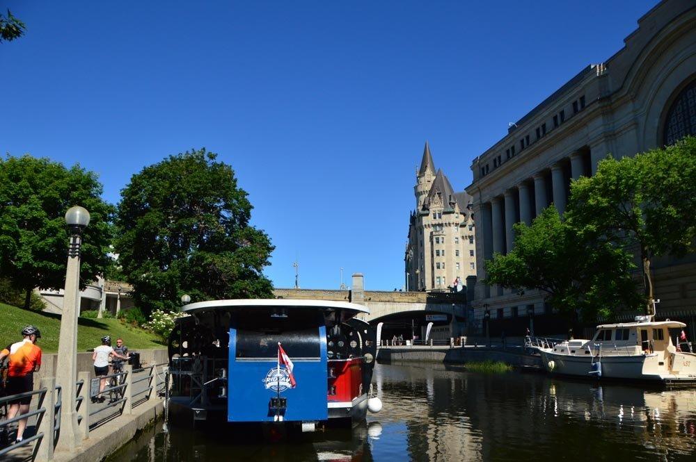 canada_ottawa_rideau-canal-boat