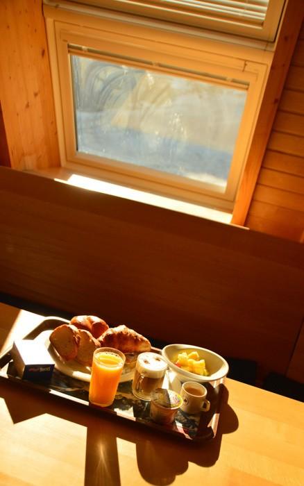 switzerland_verbier_igloo-breakfast