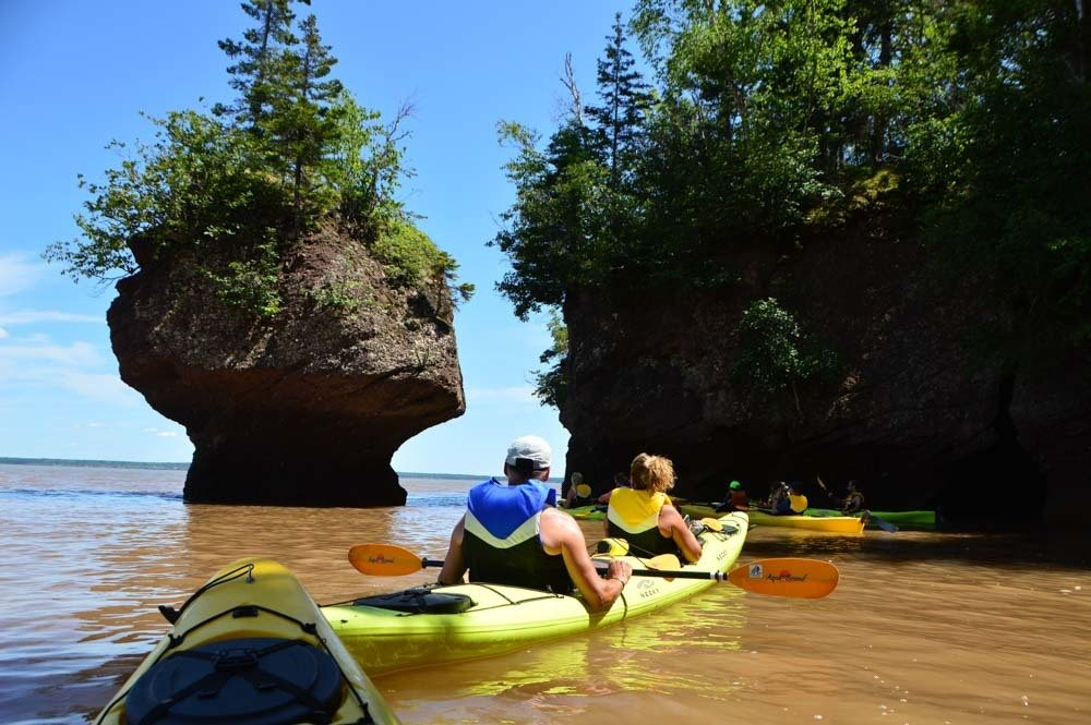 canada_new-brunswick_hopewell-rocks-kayaking