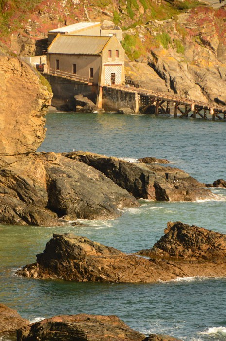 england_cornwall_south-west-path-lizard-peninsula-boat-house-roc