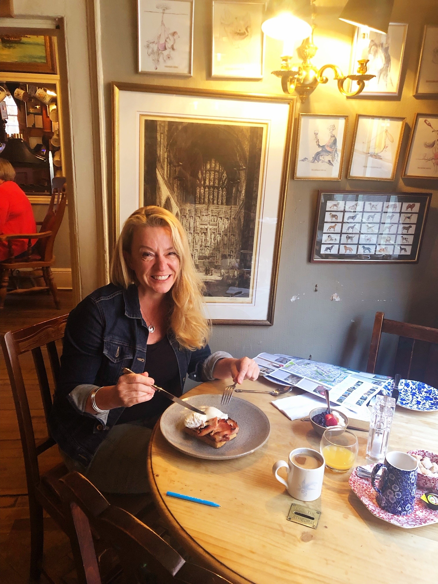 england_winchester_wykeham-arms-enjoying-breakfast
