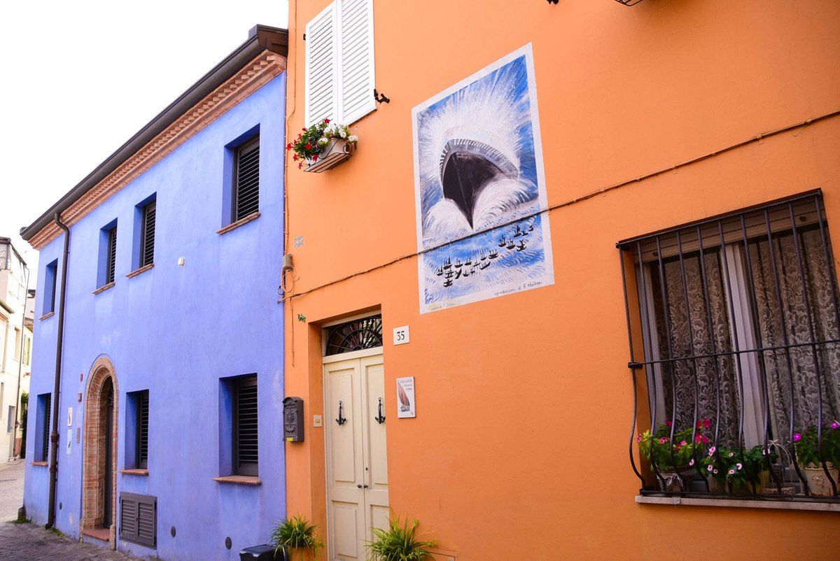 Italy_Rimini_old-town-back-streets-colourful-houses