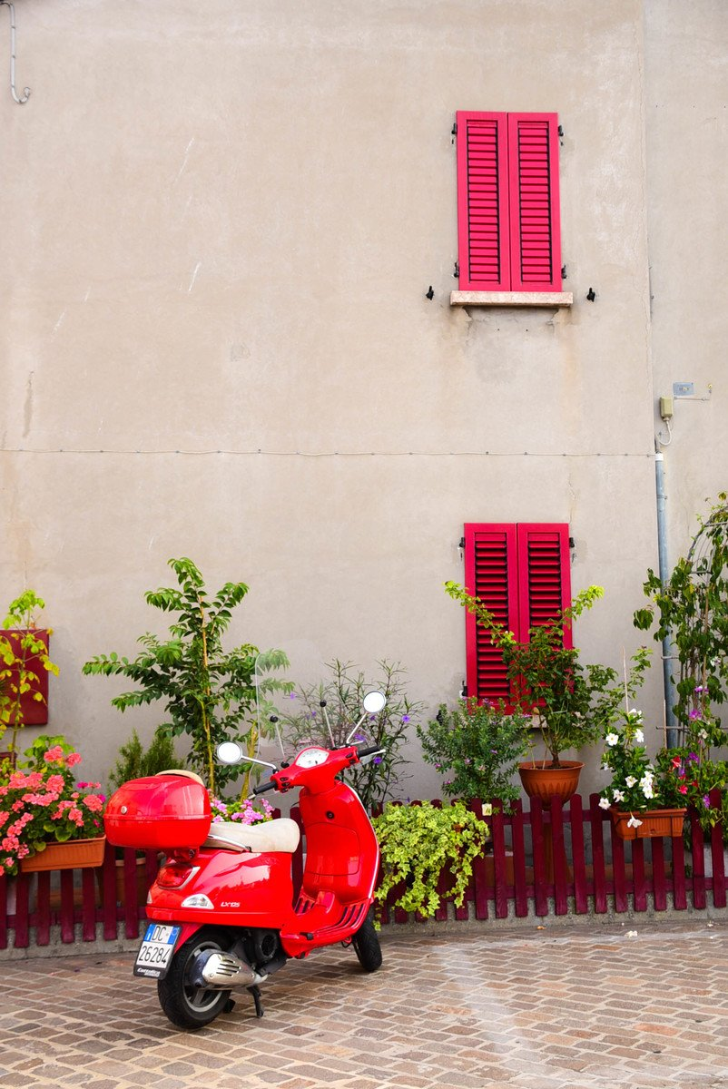 Italy_Rimini_old-town-back-streets-red-vespa