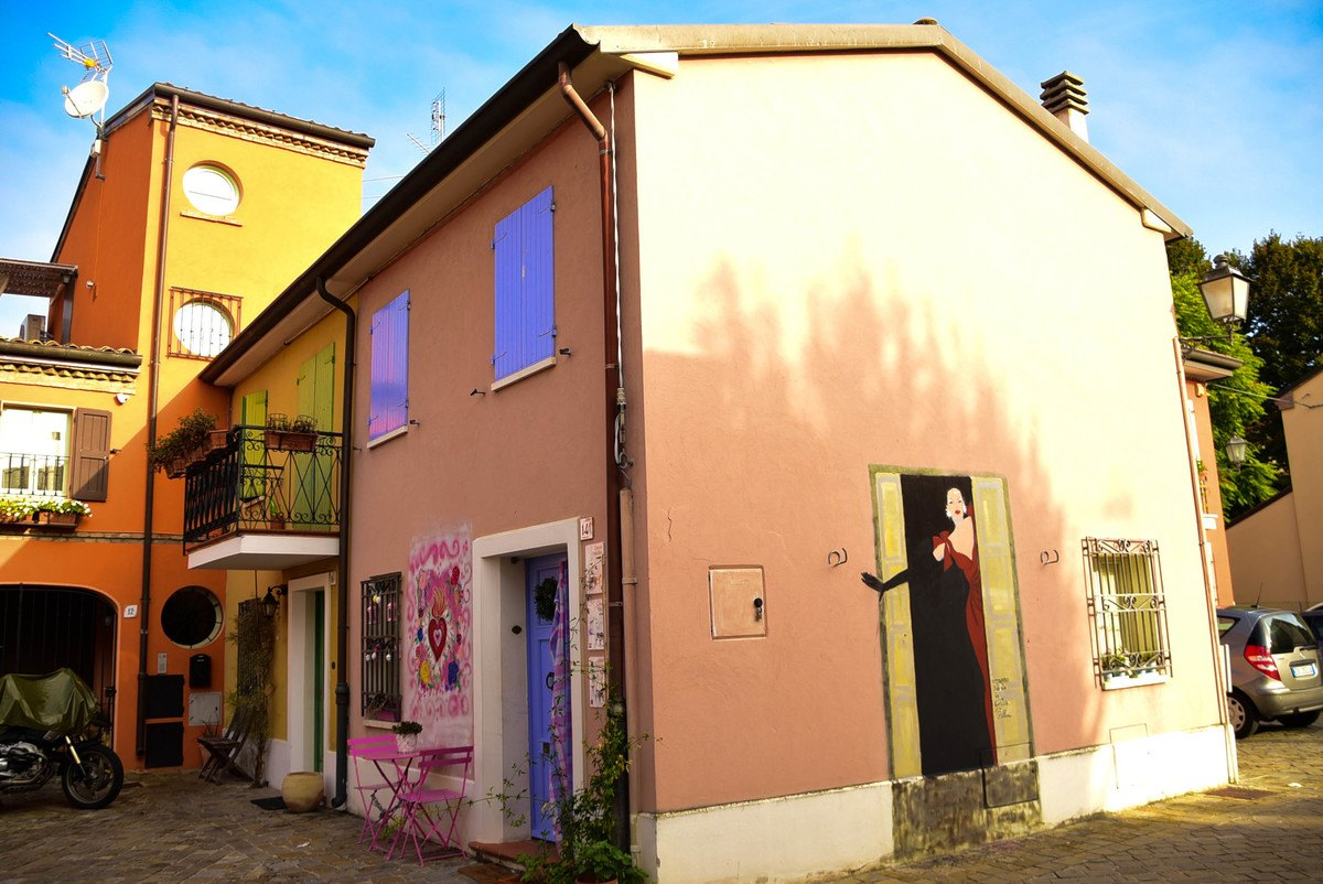 Italy_Rimini_street-art-colourful-houses-2