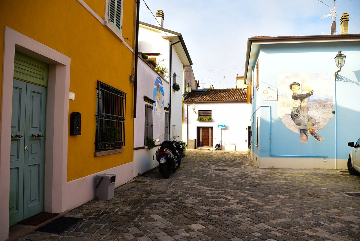 Italy_Rimini_street-art-colourful-houses