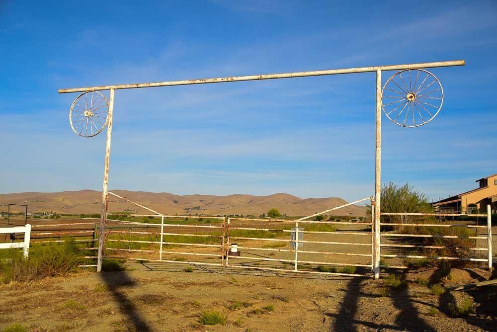 california_livermore_mcgrail-vineyard-entrance-gate