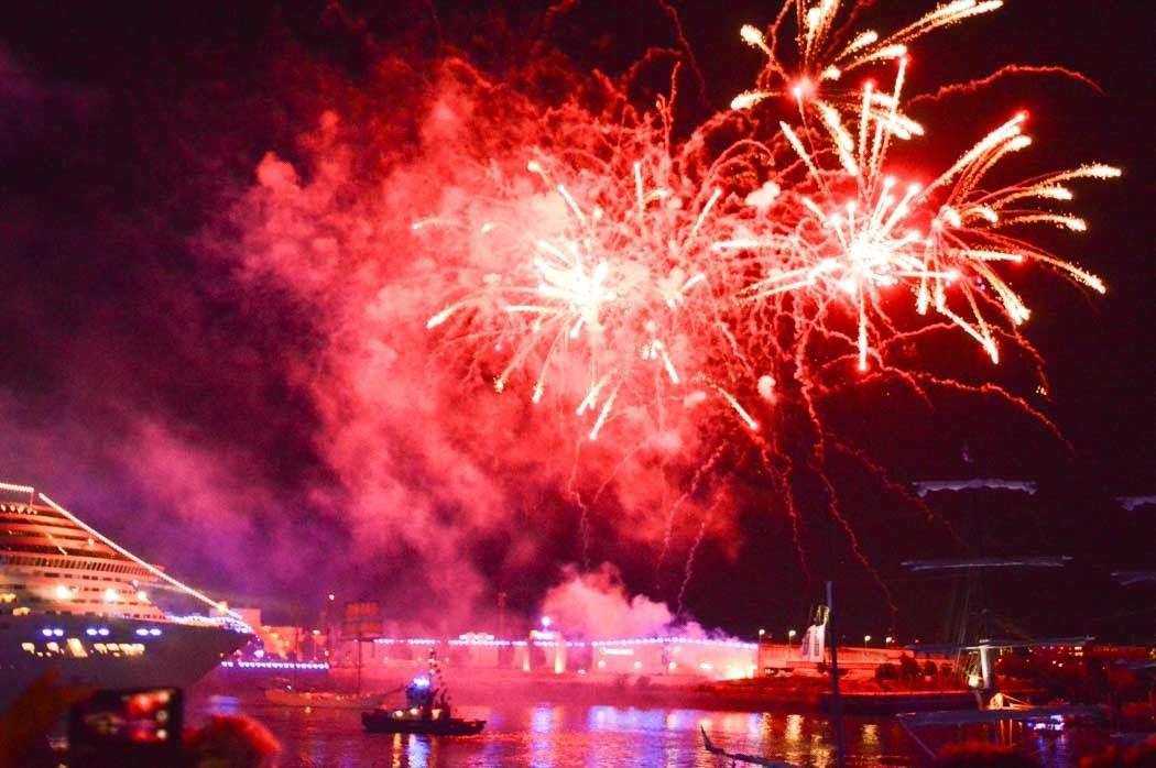 germany_hamburg_cruise-days-parade-fireworks-2