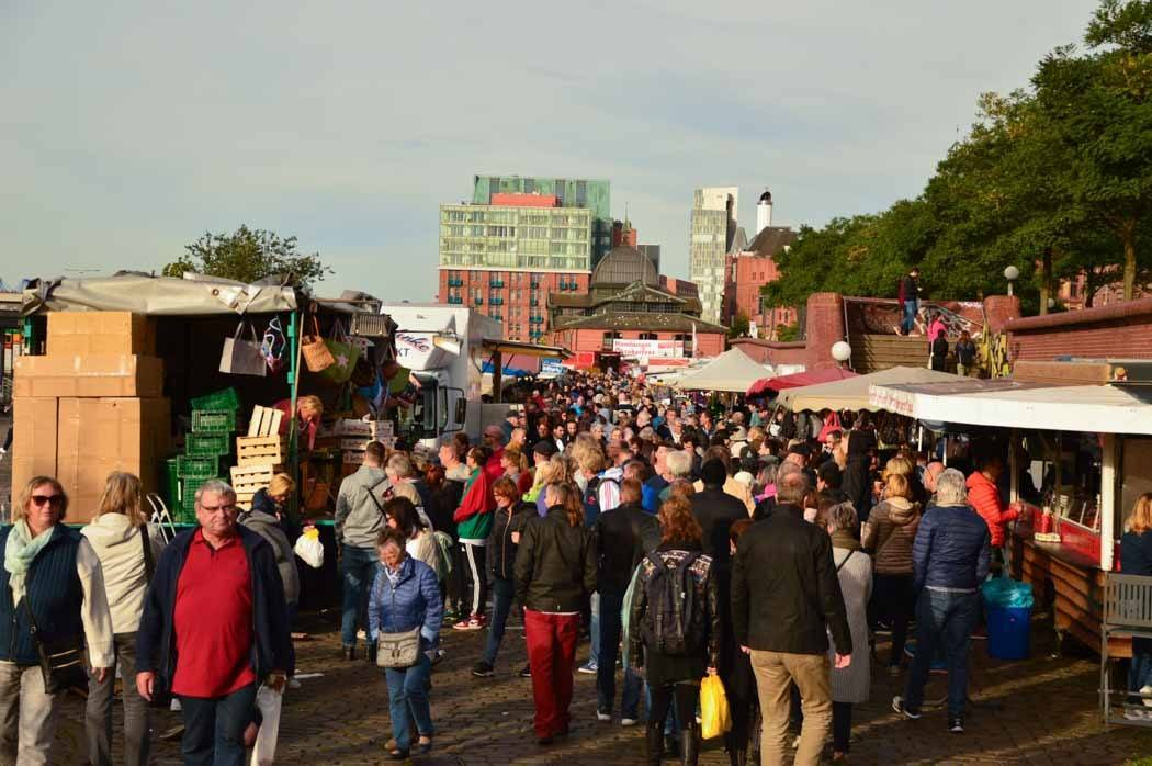 germany_hamburg_fish-market-crowd