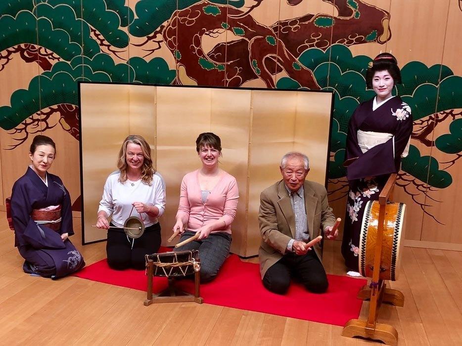 japan_kaga_geishas-on-stage-together