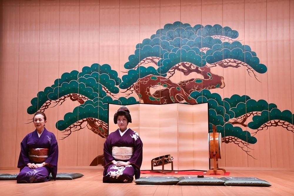 japan_kaga_geishas-on-stage