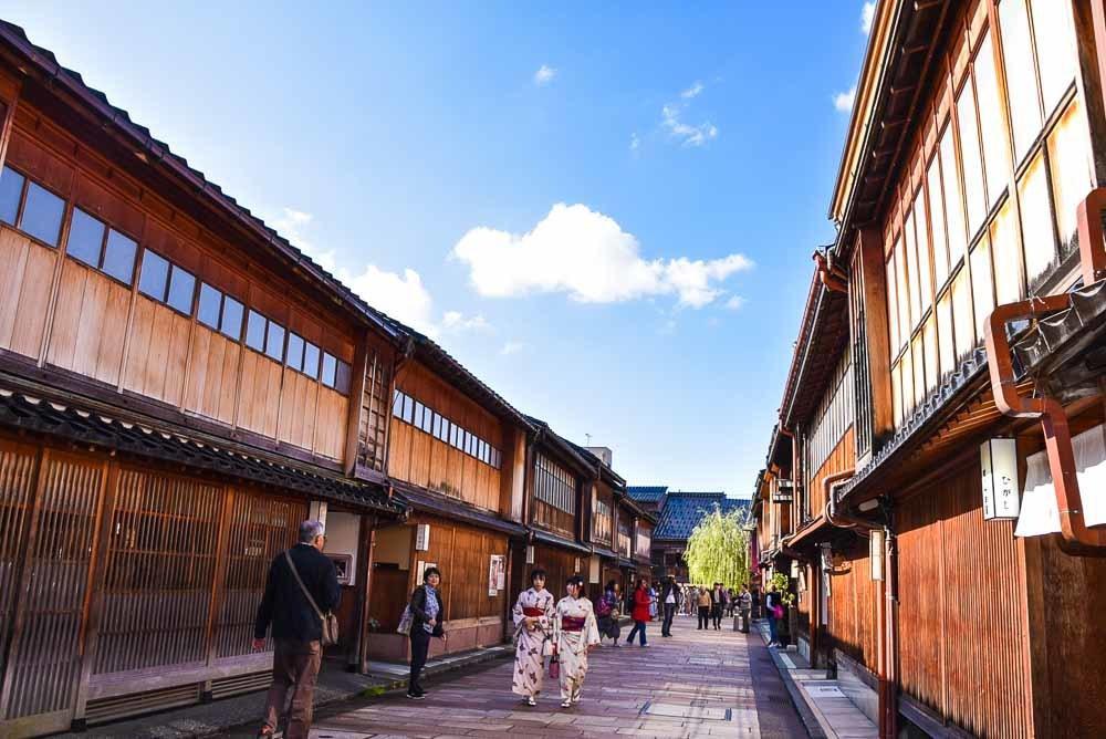 japan_kanazawa_geisha-village-kimono