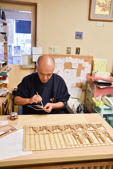 japan_kanazawa_gold-leaf-craftsman