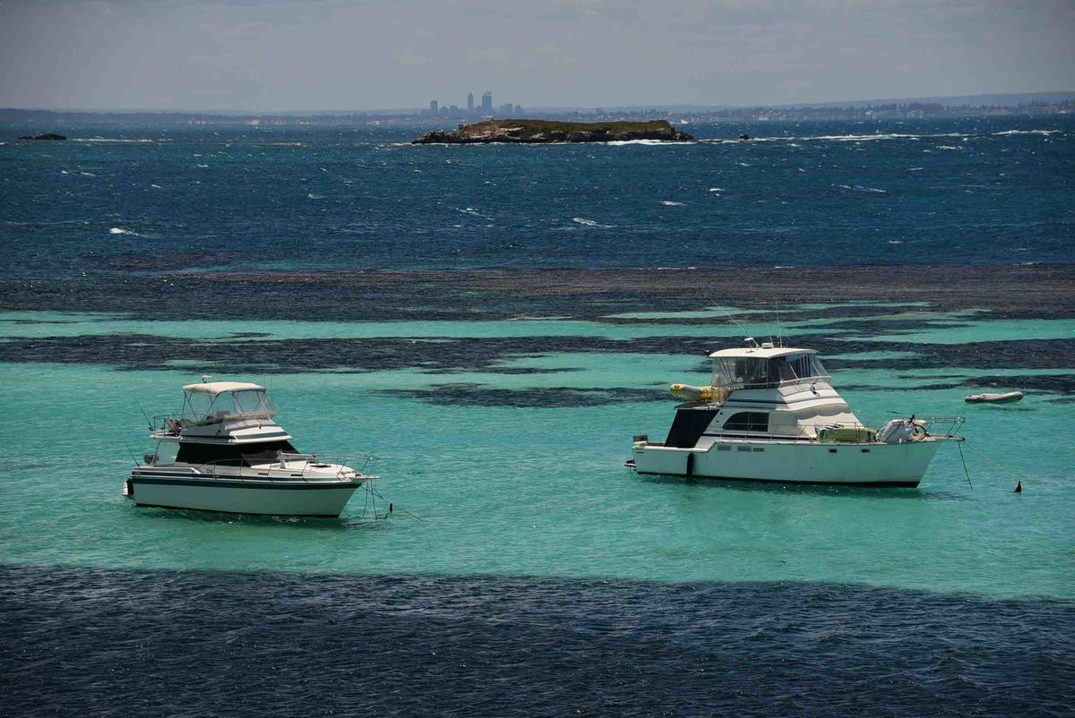 Perth_rottnest_island_boats-on-water