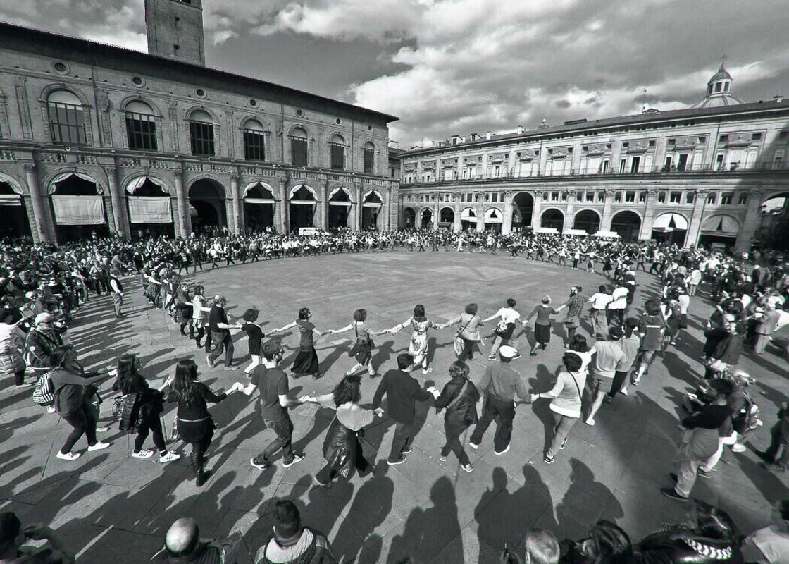 Large-crowd-of-people-dancing-in-circle-Bologna