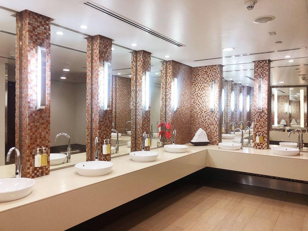 bathroom in emirates business class lounge dubai airport