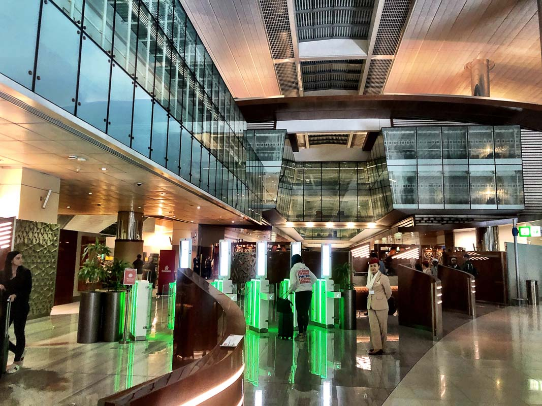 entry to business class lounge at dubai airport