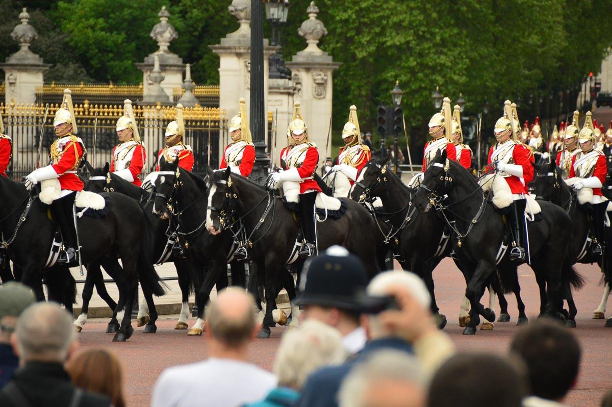 guards on horses outside buckingham palace