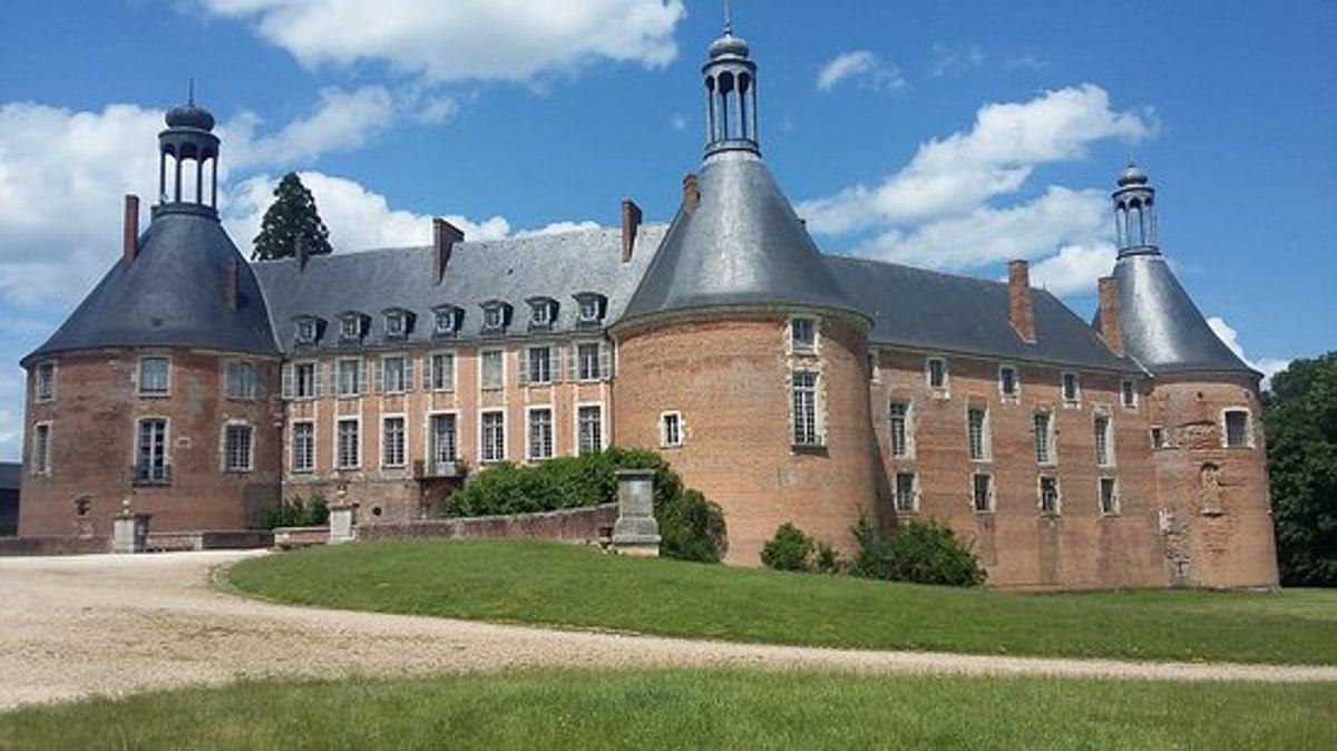 Chateau-de-saint-fargeau exterior