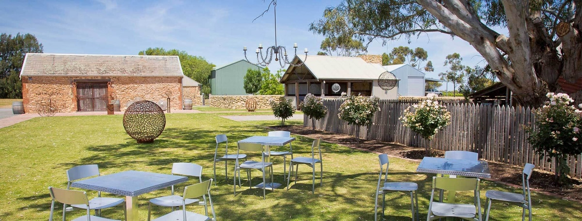 Pennys-Hill-Cellar-Door-Lawns-and-tables